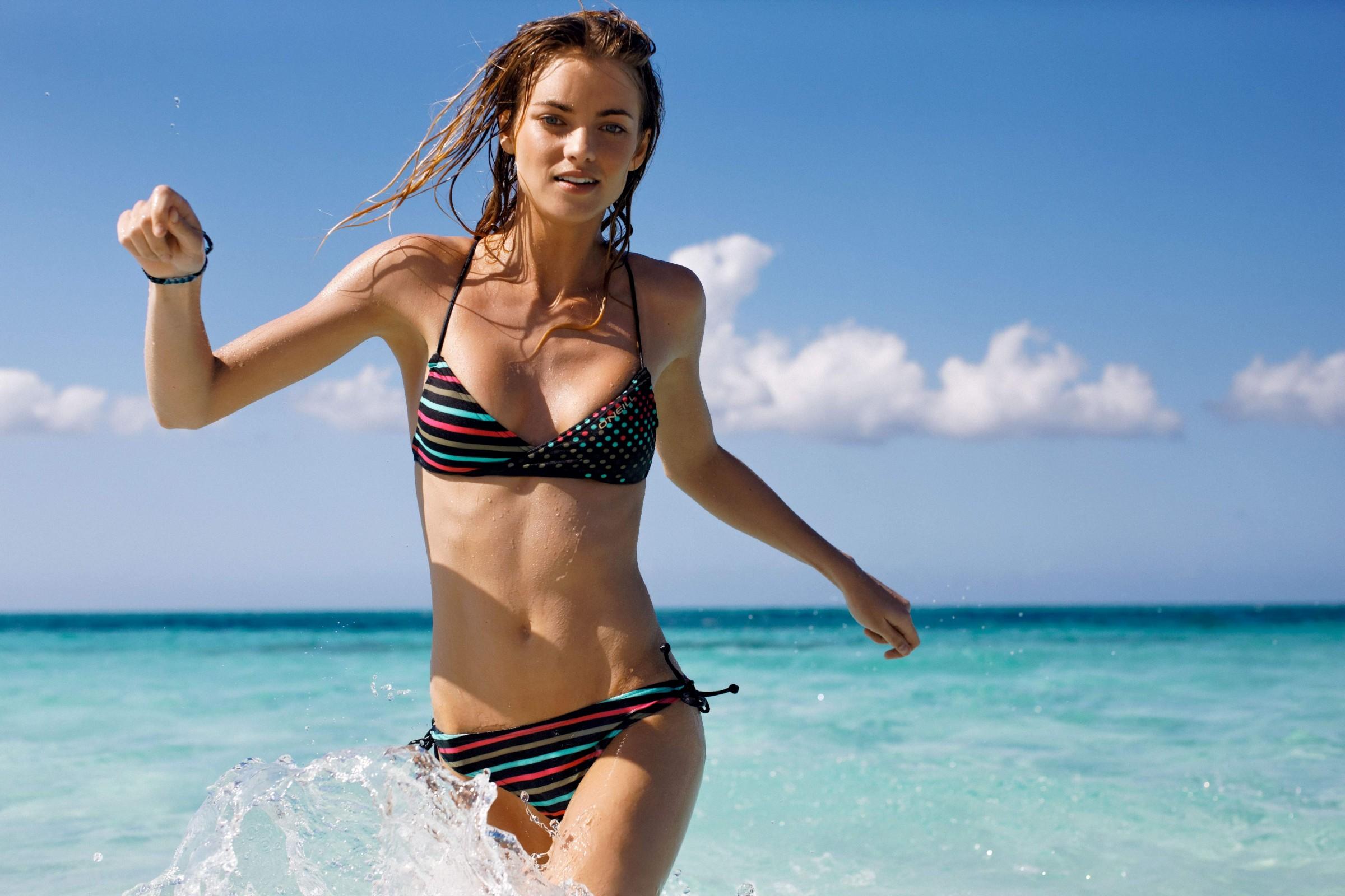 beach-bikini-modeling-video-gong-li-tits